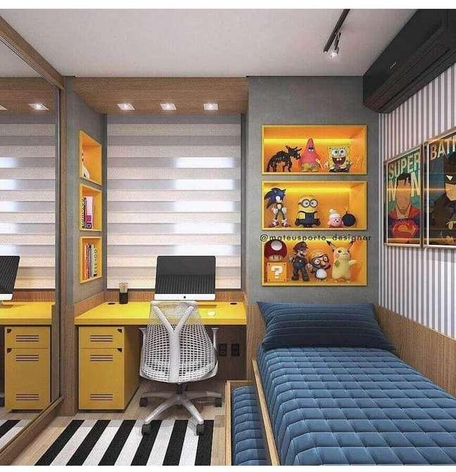 46. Como decorar um quarto masculino pequeno com tapete listrado e escrivaninha amarela – Foto: Interior Design Inspiration