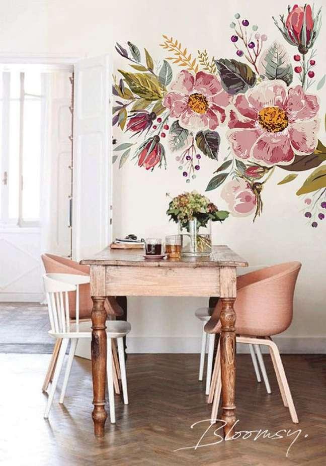 56. Sala de jantar com mesa retrô e cadeiras rosa claro – Foto Etsy