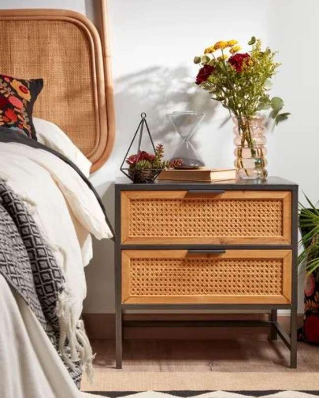 16. Mesa de cabeceira retrô com madeira e ferro – Foto KaveHome
