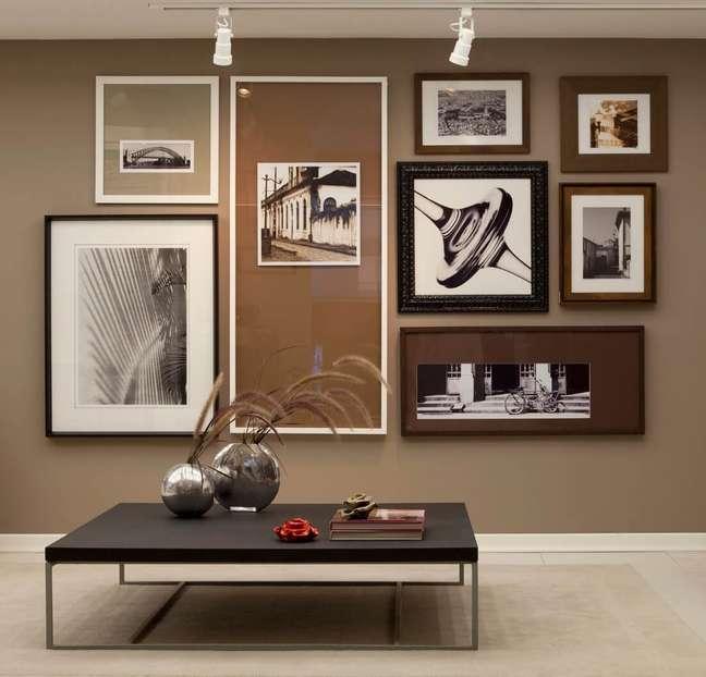 1. Sala de estar decorada com quadros e decoração em tons de marrom – Foto Pinterest