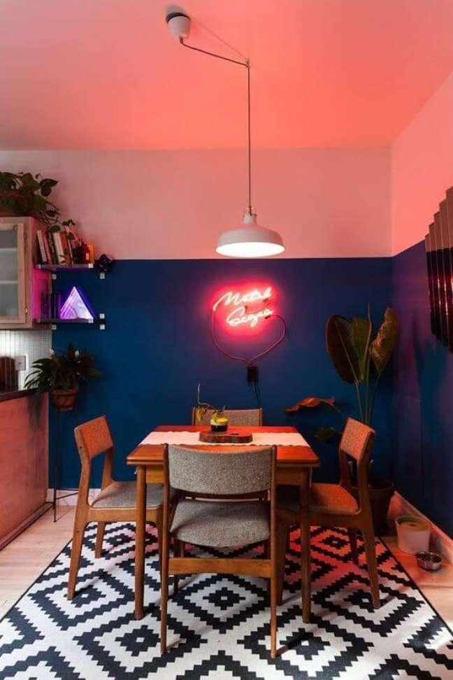 72. Sala de jantar com parede na cor coral e azul marinho – Foto Casa Vogue