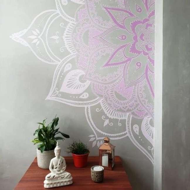 34. Mandala pintada na parede complementa a decoração indiana do ambiente. Fonte: Soffitto Arquitetura