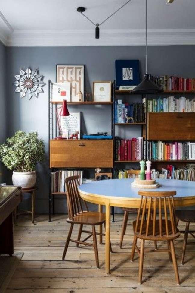 44. Mesa retrô redonda na cor azul com cadeiras de madeira na sala de jantar – Foto Made