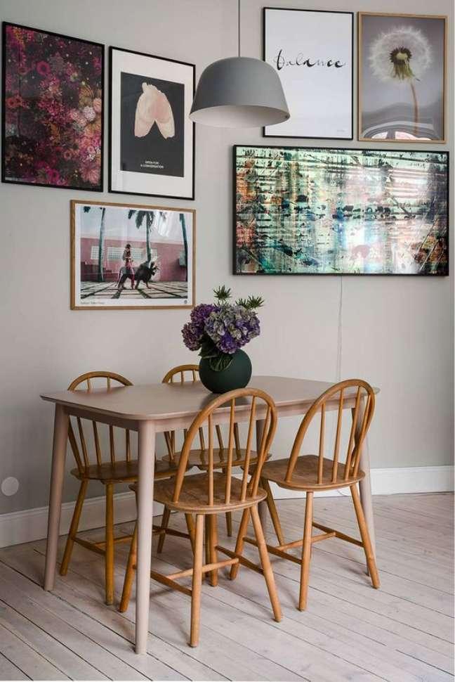 29. Mesa de jantar retrô para sala pequena – Foto Pufik Homes