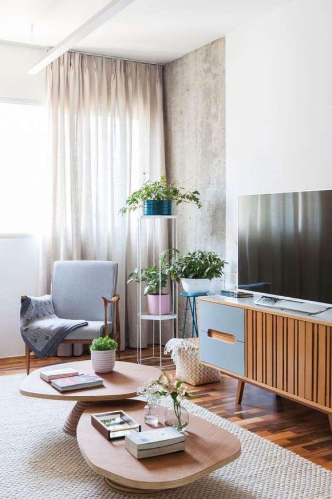 23. Mesa de centro retrô de madeira na sala vintage – Foto Iná Arquitetura