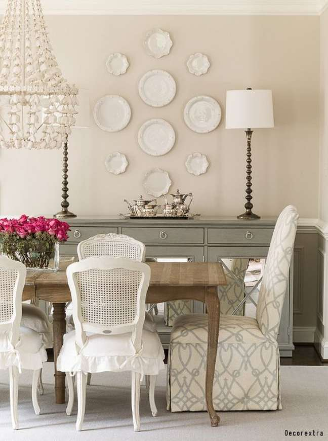 47. Sala clássica com mesa retro provençal de madeira e cadeiras brancas – Foto Improvenet