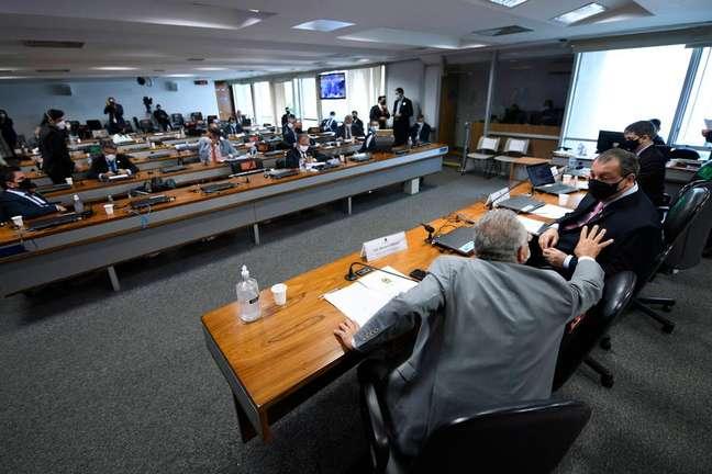 O relator Renan Calheiros e o presidente da CPI, Omar Aziz, conversam durante a abertura da comissão