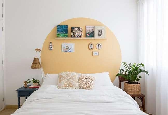 53. Como decorar um quarto simples branco com pintura amarela na parede e luminária rústica – Foto: Histórias de Casa