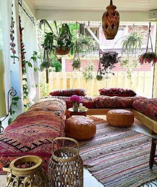 37. Decoração indiana traz conforto e harmonia para a varanda do imóvel. Fonte: Pinterest