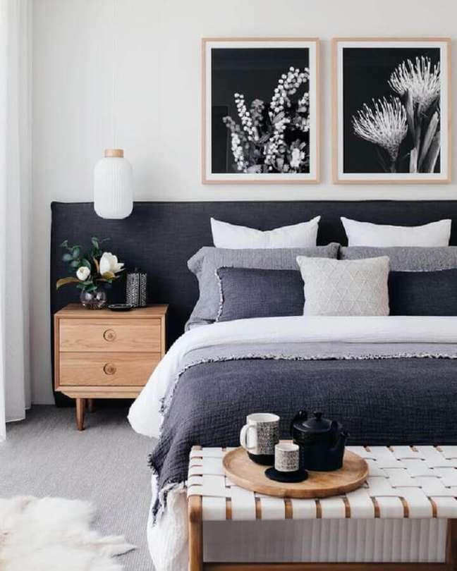 15. Como decorar um quarto de casal cinza e branco com criado mudo de madeira e quadros de parede – Foto: Home Fashion Trend
