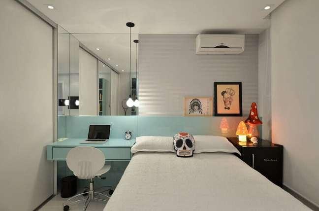 21. Como decorar um quarto de solteiro com parede espelhada e escrivaninha planejada azul claro – Foto: Pinterest