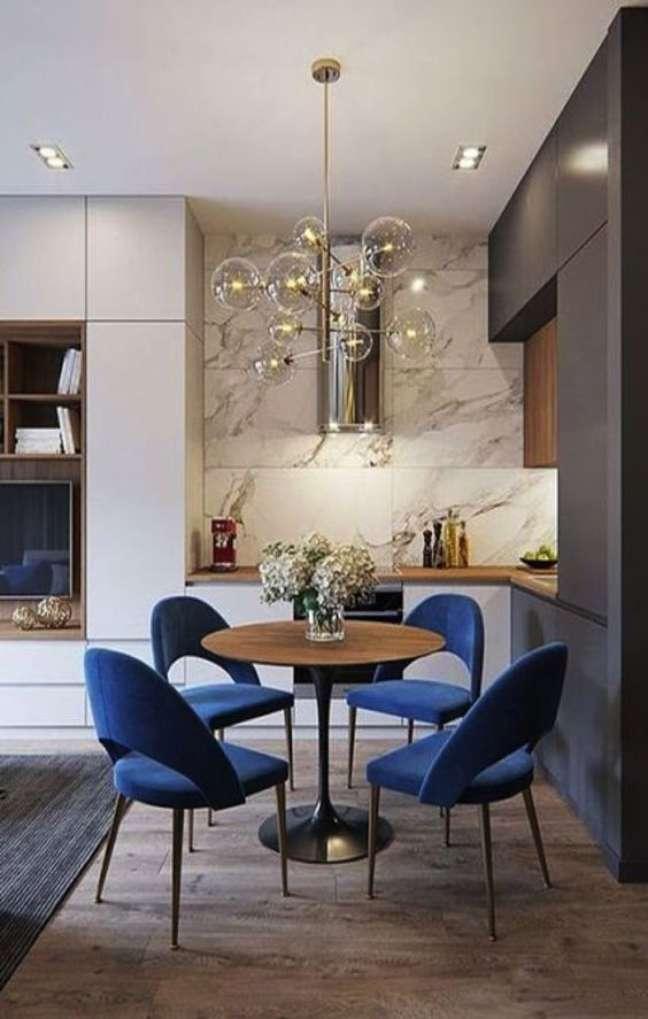 69. Cozinha pequena com mesa retrô e cadeiras azuis vintage – Foto Mosaics Lab