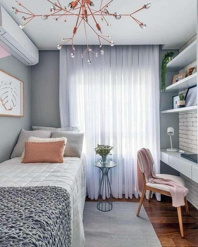 28. Como decorar um quarto feminino cinza pequeno com bancada suspensa – Foto: Sua Decoração