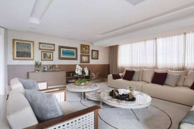 76. Sala grande decorada em tons claros e suaves e quadros classicos na parede – Projeto Mis Arquitetura e Interiores