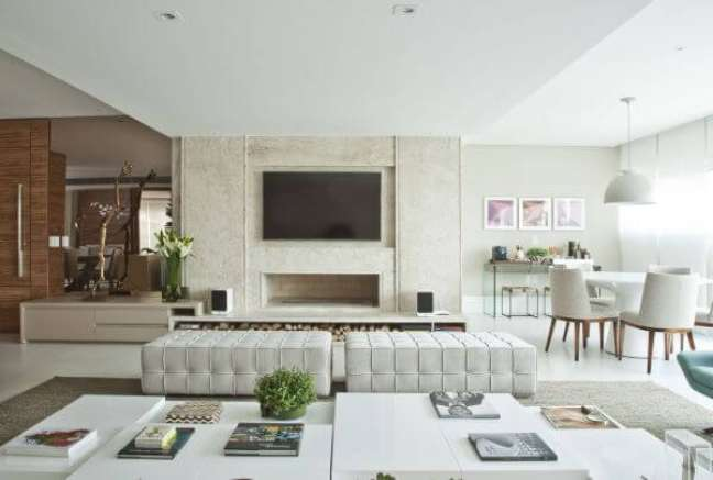 30. Decoração com cores de tinta para sala com móveis brancos e modernos – Projeto Bianka Mugnatto