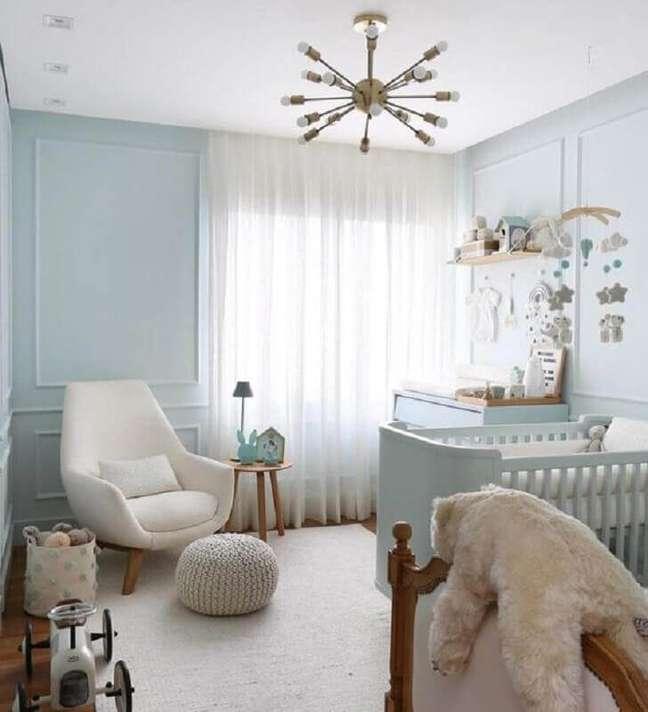 59. Como decorar um quarto de bebê azul claro com poltrona confortável – Foto: Jeito de Casa