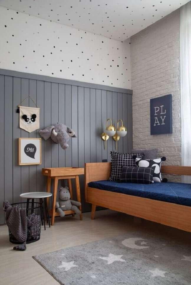 24. Como decorar um quarto de solteiro simples cinza com móveis de madeira – Foto: Casa de Valentina
