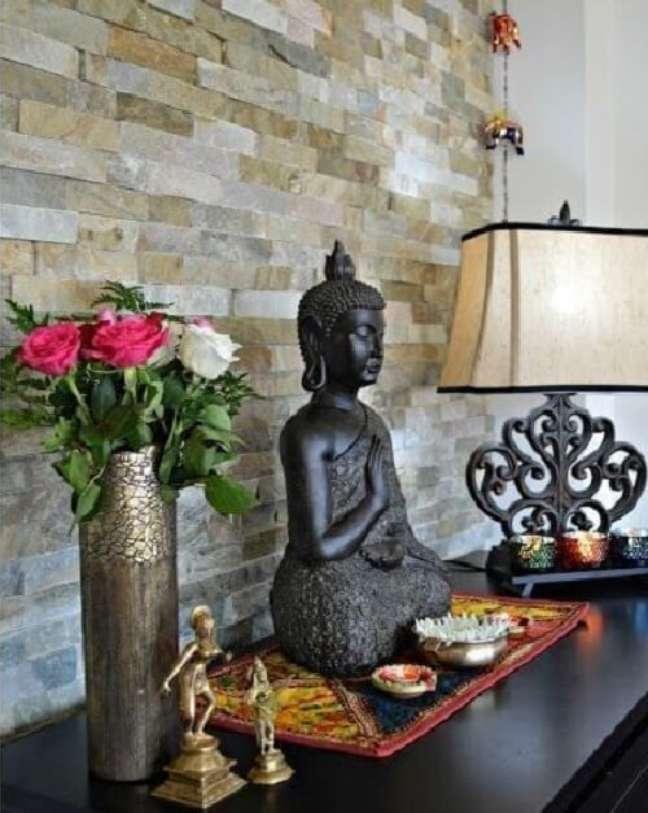 52. Aproveite o aparador da sala para expor objetos de decoração indiana. Fonte: Pinterest