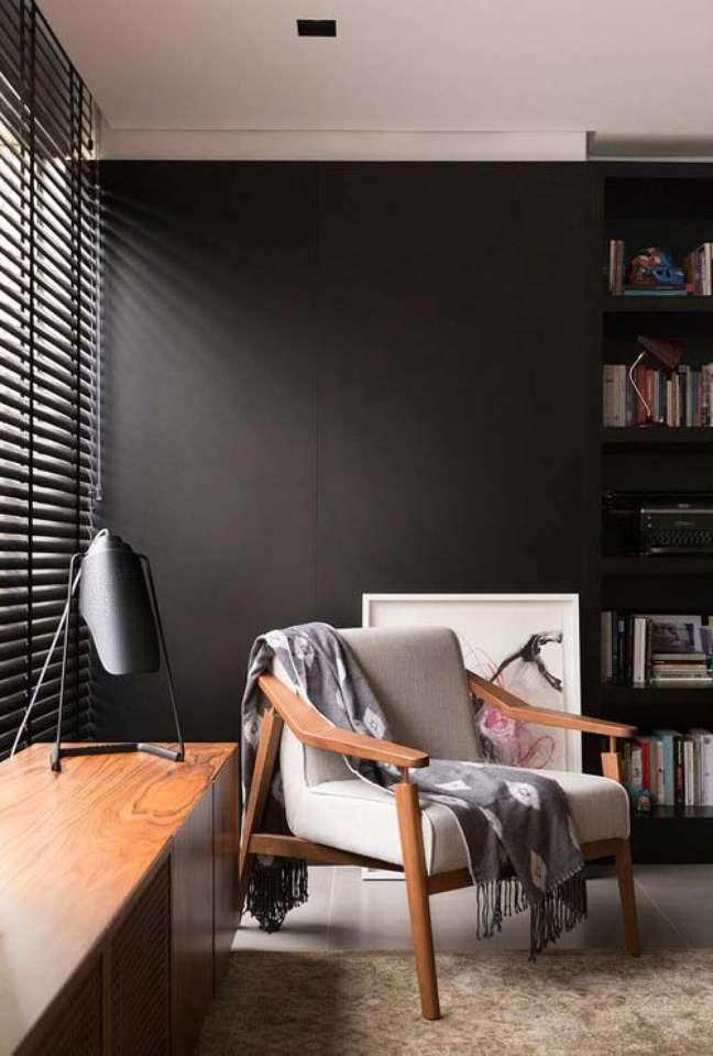 25. Cores de tinta para sala preta com móveis brancos e de madeira modernos – Foto Pinterest