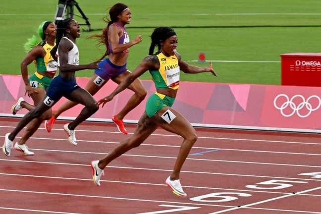 Elaine Thompson-Herah conquistou o ouro nos 200m rasos (Foto: Luis ACOSTA / AFP)