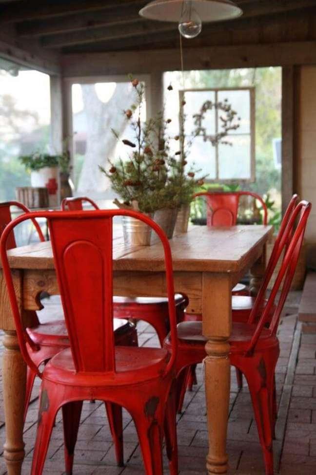 27. Mesa de jantar retro com cadeira vermelha e decoração moderna – Foto Holly Ma This Interiors