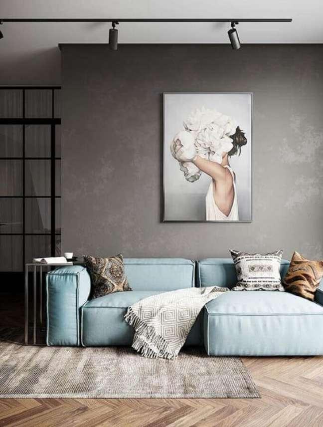 78. Sala moderna com parede cimento queimado e sofá azul celeste -Foto Revista VD