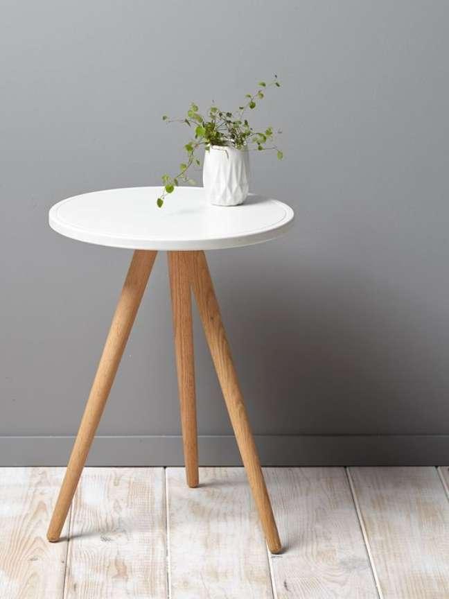 5. Quarto com mesa retrô de canto com vaso de flores delicadas – Foto So Girly Blog