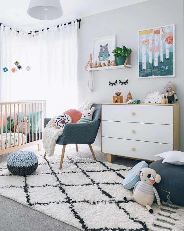 62. Como decorar um quarto de bebê cinza claro com puff redondo – Foto: Pinterest