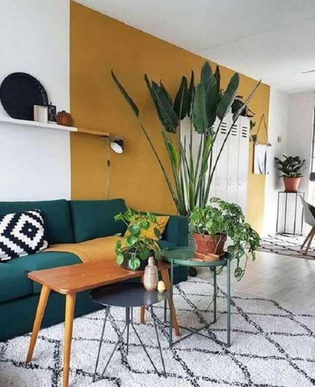 38. Decoração com cores de tinta para sala em mostarda e sofá azul marinho – Foto Pinterest