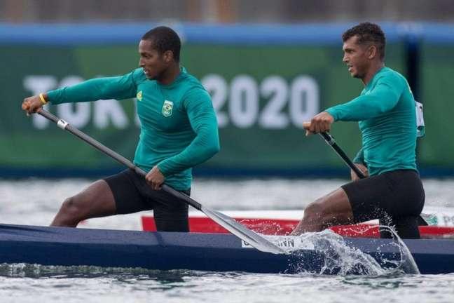 Jacky Godman (à frente) e Isaquias Queiroz ficaram em quarto na final do C2 100 (Foto: Julio Cesar Guimarães / COB)