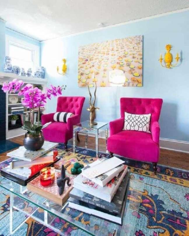 27. Cores de tinta para sala vintage em azul claro e poltrona pink – Foto Apartment Therapy