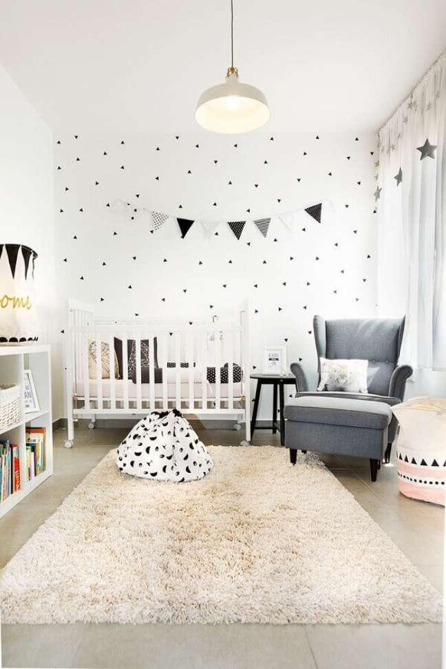 61. Como decorar um quarto de bebê branco com varal de bandeirinhas – Foto: Archilovers
