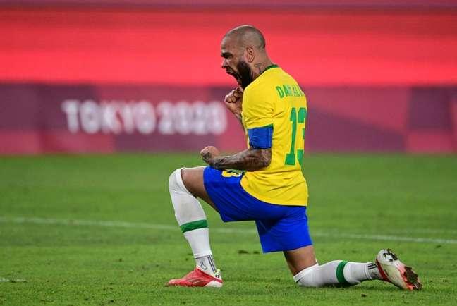 Daniel Alves cobrou o primeiro pênalti da decisão e não desperdiçou (Foto: PEDRO PARDO / AFP)