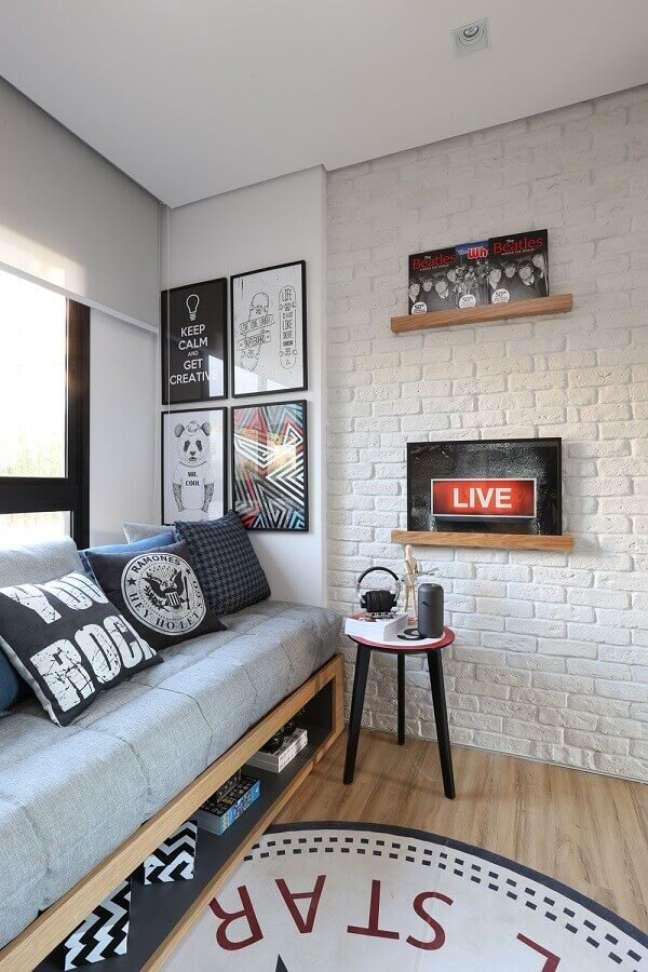 22. Como decorar um quarto de solteiro com quadros para parede de tijolinho branco – Foto: Archilovers