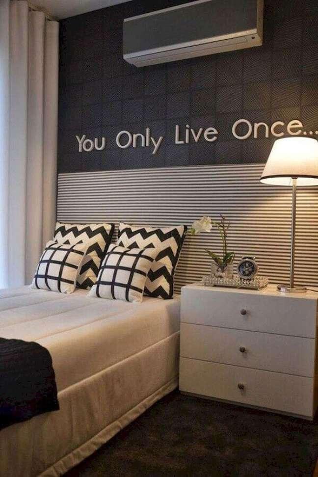 57. Como decorar um quarto cinza e branco pequeno – Foto: Apartment Therapy