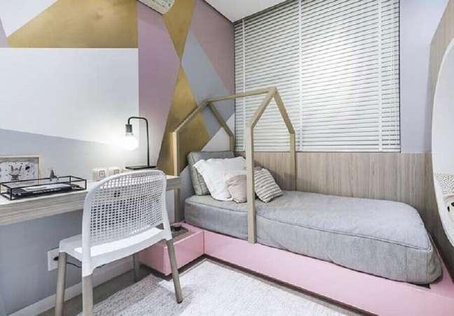 33. Como decorar um quarto feminino moderno com parede geométrica e cama casinha – Foto: Pinterest