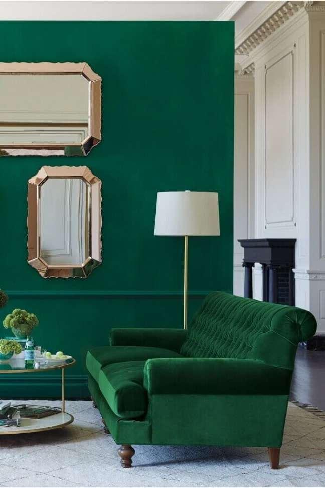 26. Cores de tinta para sala verde esmeralda com sofá da mesma cor e espelhos – Foto Pinterest