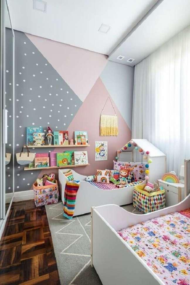 37. Como decorar um quarto infantil com parede geométrica em tons pastéis – Foto: MOOUI