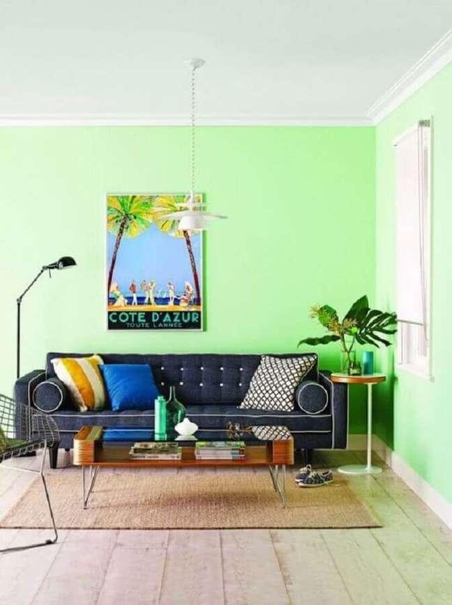44. Decoração com cores de tinta para sala moderna em tons de verde claro com sofá cinza retrô – Foto Fashionismo