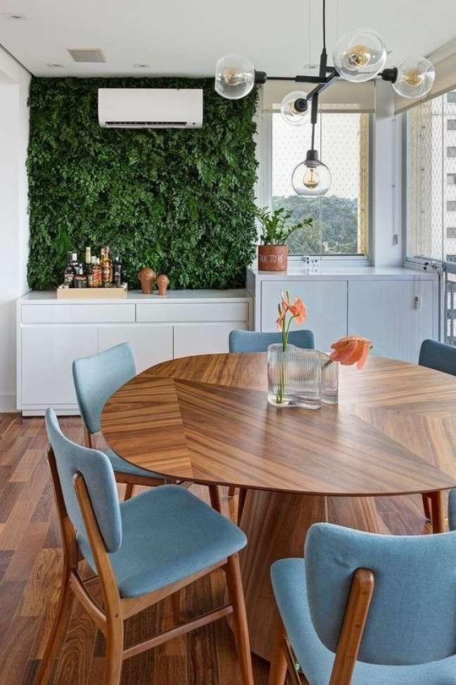 65. Varanda gourmet moderna com conjunto de mesa retro com cadeiras estofadas azuis – Foto Pinterest