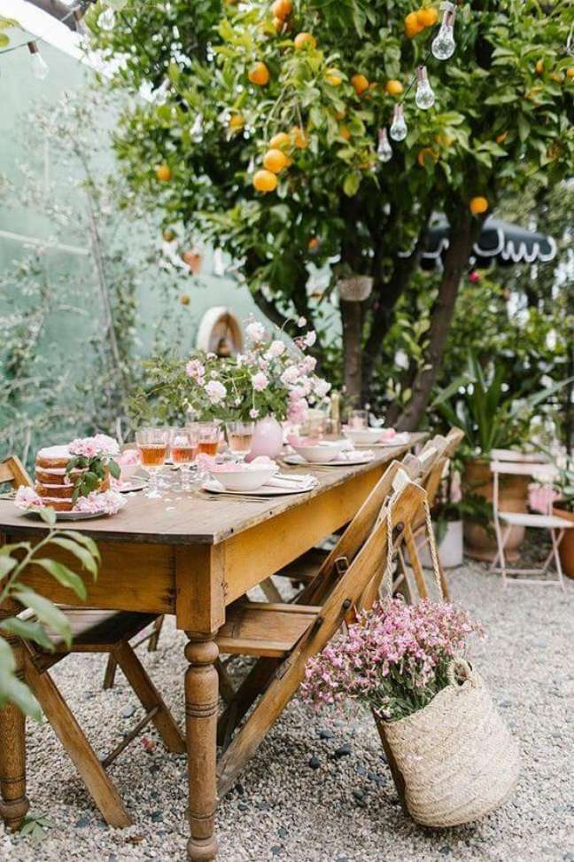 31. Mesa retrô para jardim decorado com flores cor de rosa – Foto Casa Tres Chic