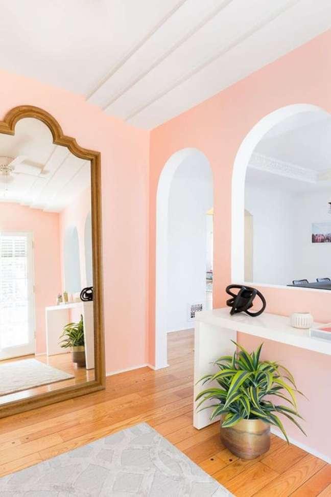 39. Decoração com cores de tinta para sala em pêssego com espelho de moldura – Foto Purewow