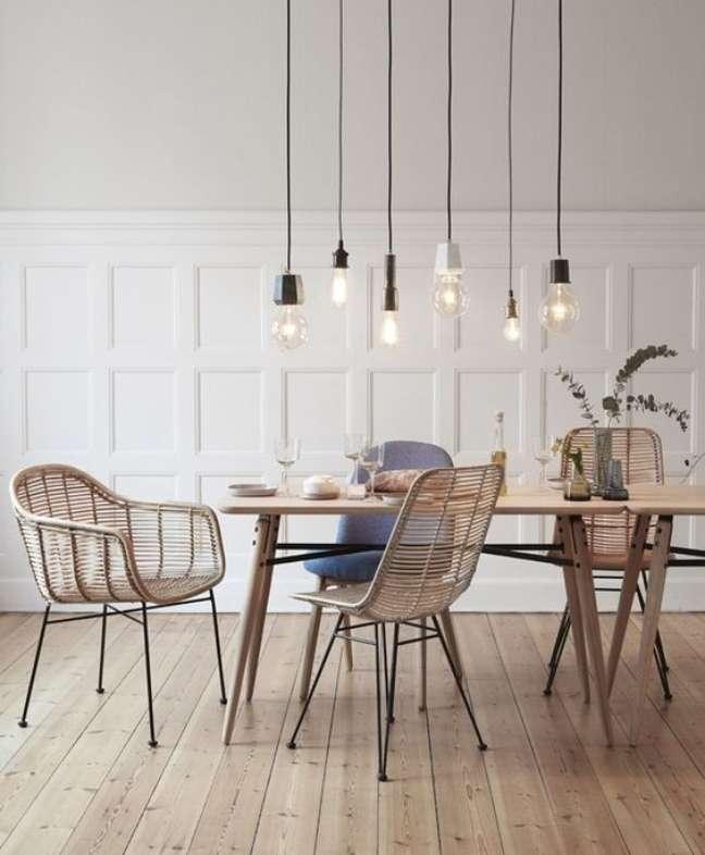 53. Sala de jantar com cadeira de palha e mesa retro de madeira – Foto Casa Vogue