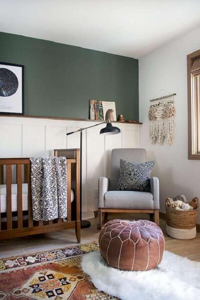 66. Como decorar um quarto de bebê com parede verde escuro e puff redondo de couro – Foto: Pinterest
