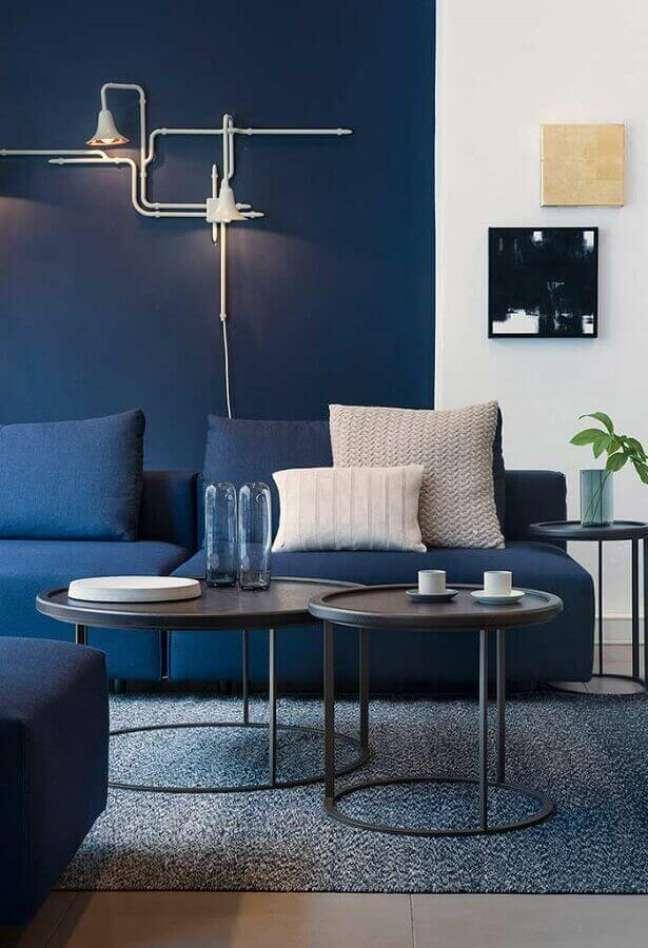 79. Sala moderna com sofá azul marinho e pintura setorizada na parede – Foto Pinterest
