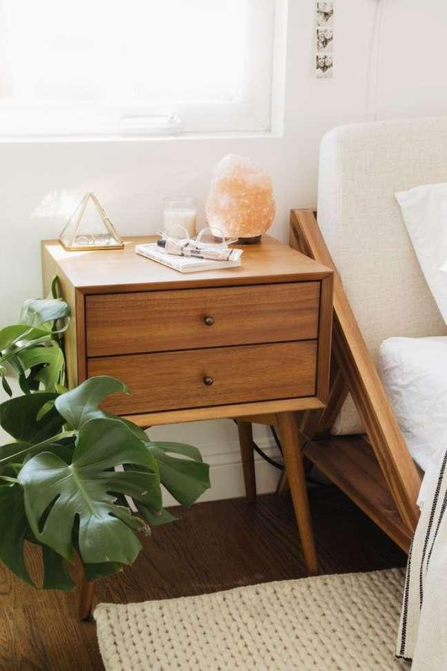 7. Mesa de cabeceira retrô de madeira e vasos de plantas – Foto Westelm