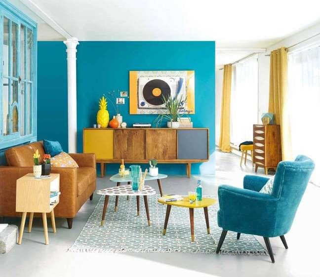 67. Sala de estar pequena e azul com rack pé palito – Foto Pinterest