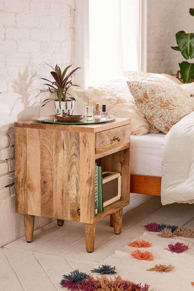 19. Mesa de cabeceira retrô de madeira – Foto Estilo próprio by Sir