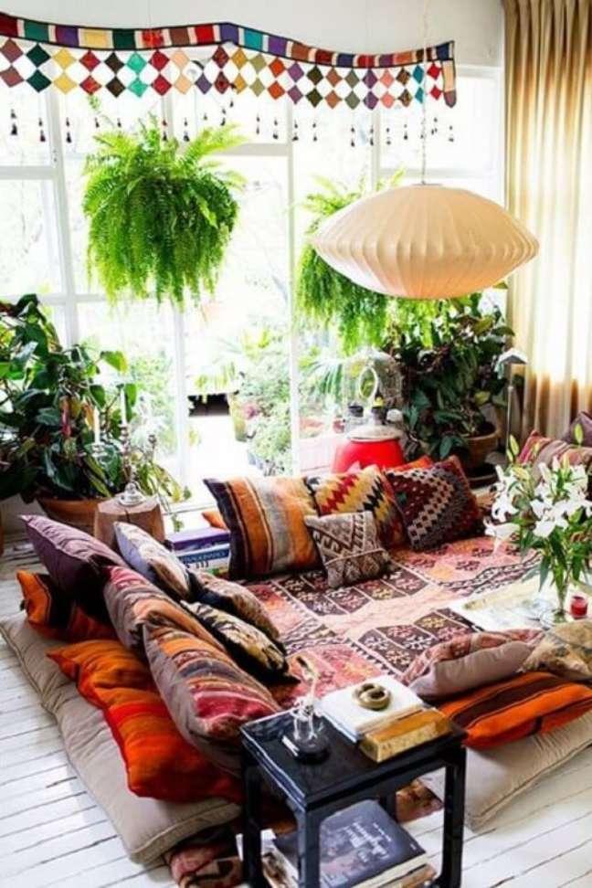 9. A decoração indiana preza muito pelo conforto, por isso é comum ver muitas almofadas nestes ambientes. Fonte: Pinterest