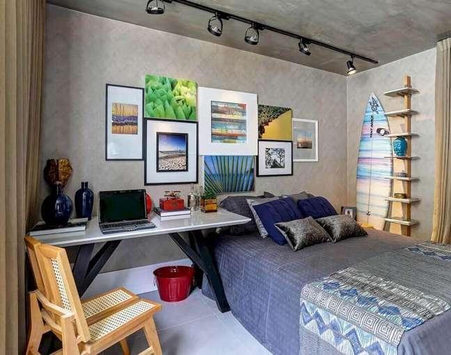 7. Como decorar um quarto masculino com quadros para parede de cimento queimado – Foto: Renata Amado e Rodrigo Picolo